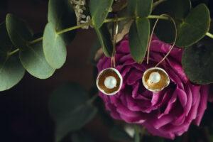 Marie Gonon bijoux création Saint-Etienne Loire - boucles d'oreilles héméra blanches et perles de culture d'eau douce blanche et feuille d'or
